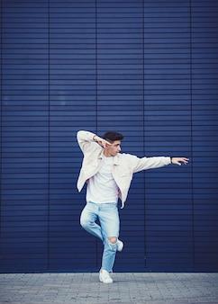 Giovane che indossa giacca di jeans