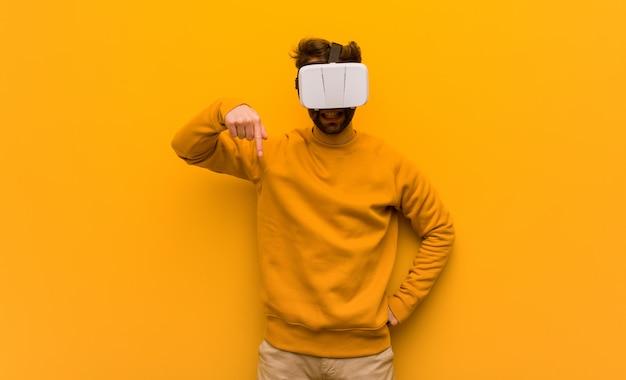 Giovane che indossa gli occhiali di una realtà virtuale