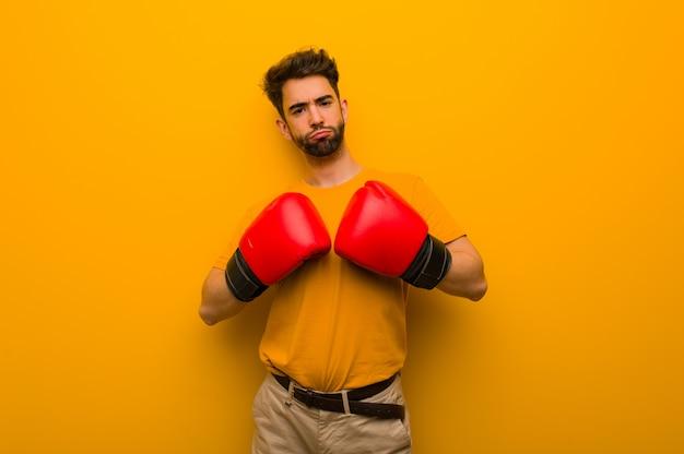 Giovane che indossa i guantoni da boxe