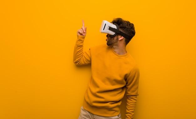 Giovane che indossa un occhiali di realtà virtuale