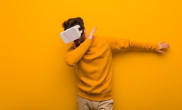 Giovane che indossa un occhiali per realtà virtuale