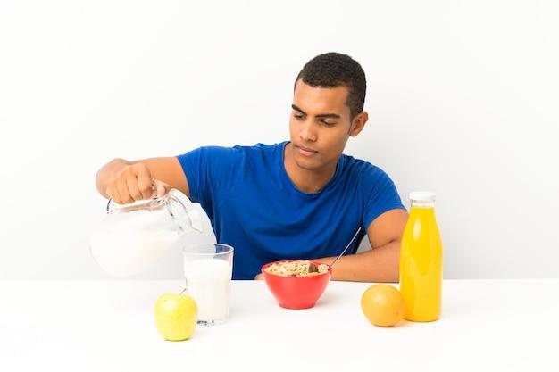 Giovane che mangia prima colazione in una tabella