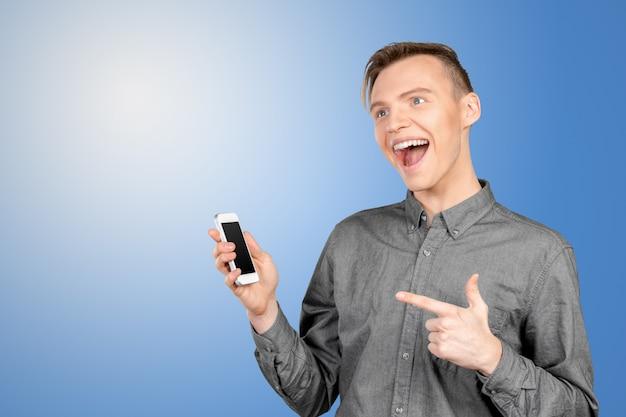 Giovane che mostra uno schermo in bianco smart phone