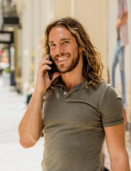 Giovane che parla al telefono
