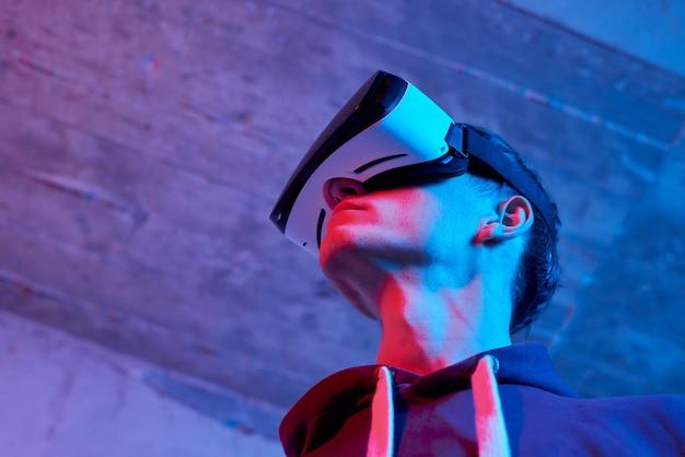 Giovane che per mezzo del casco di realtà virtuale