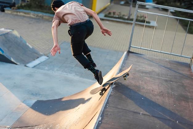 Giovane che pratica con lo skateboard