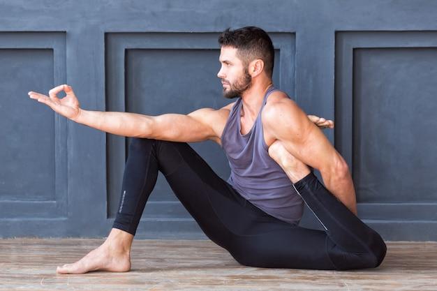 Giovane che pratica yoga asana e meditazione