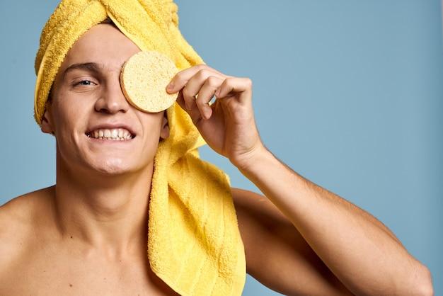 Giovane che si prende cura del suo corpo e della pelle del viso, viso a casa