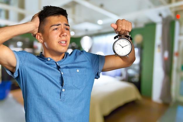 Giovane che tiene sveglia