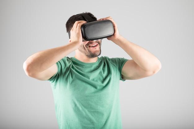 Giovane che utilizza le cuffie da realtà virtuale