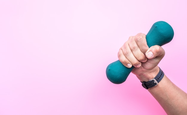Giovane che utilizza un manubrio per un programma di fitness