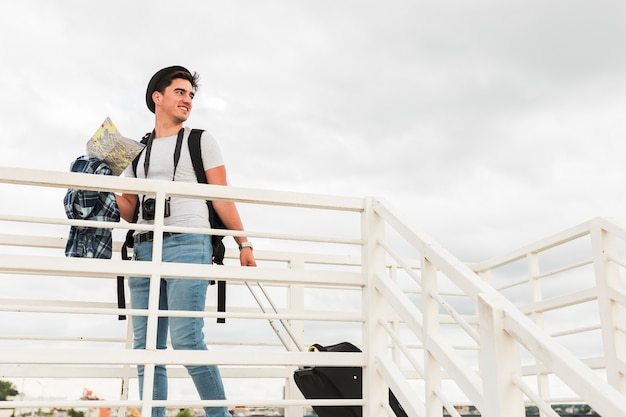 Giovane che viaggia per il mondo