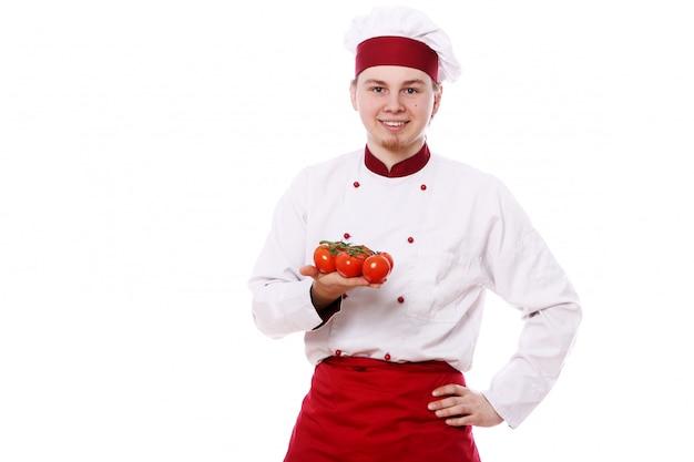 Giovane chef con paprika rossa
