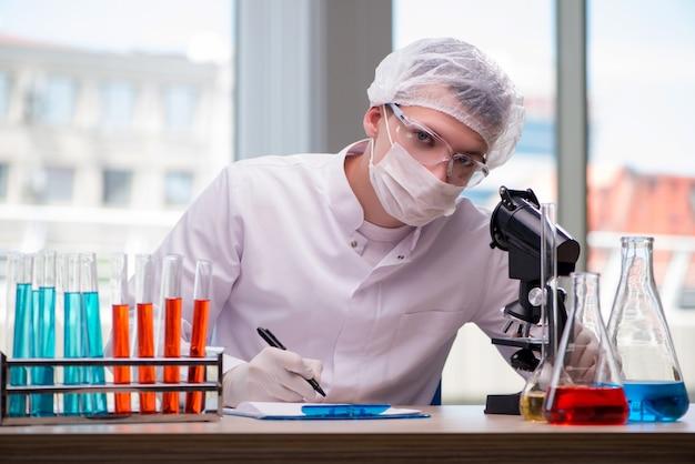 Giovane chimico che lavora in laboratorio