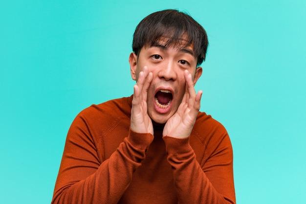 Giovane cinese che grida qualcosa di felice al fronte
