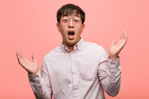 Giovane cinese sorpreso e scioccato