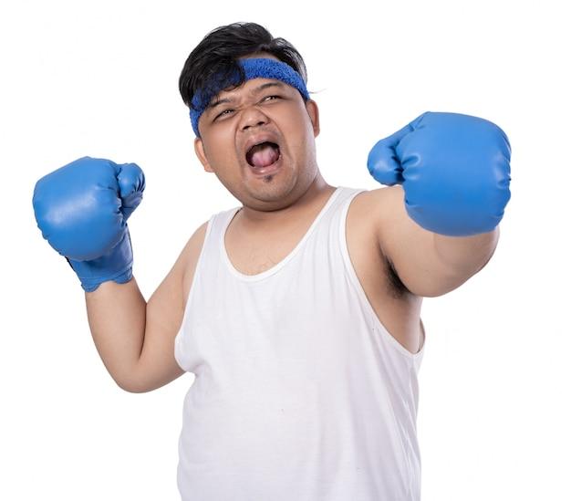 Giovane colpito con guantoni da boxe