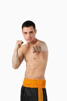 Giovane combattente di arti marziali con i pugni nudi