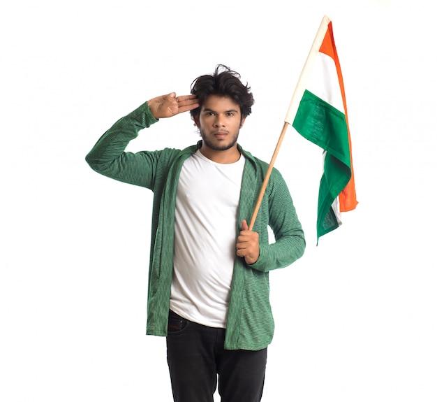 Giovane con bandiera indiana o tricolore sulla superficie bianca, festa dell'indipendenza indiana, festa della repubblica indiana