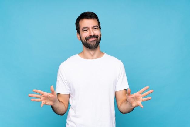 Giovane con barba sorridente