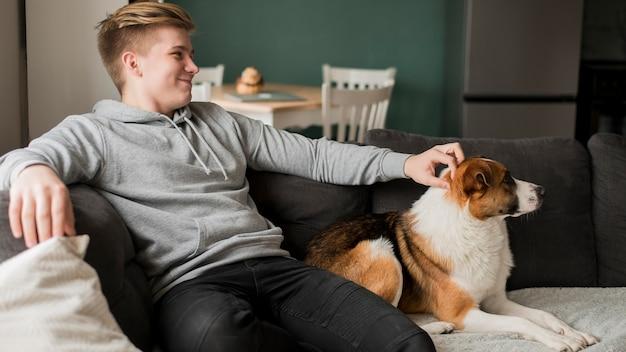 Giovane con cane