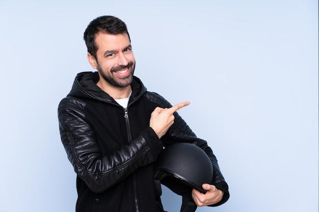 Giovane con casco da motociclista