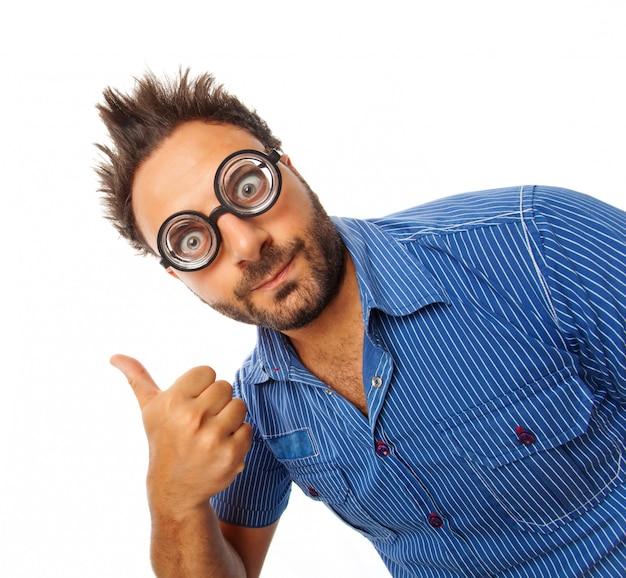 Giovane con espressione di occhiali ok e spessi