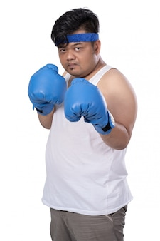 Giovane con guantoni da boxe pronti ad attaccare
