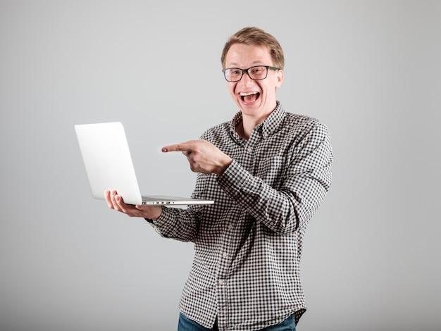 Giovane con laptop