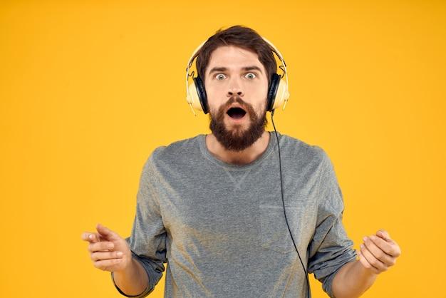 Giovane con le cuffie che ascolta la musica