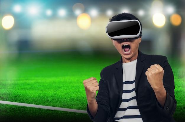 Giovane con le cuffie da realtà virtuale.