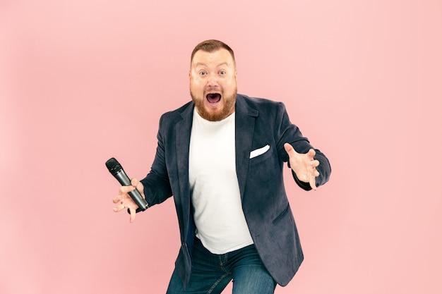 Giovane con microfono in rosa, che porta con il microfono
