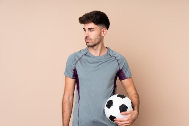 Giovane con pallone da calcio