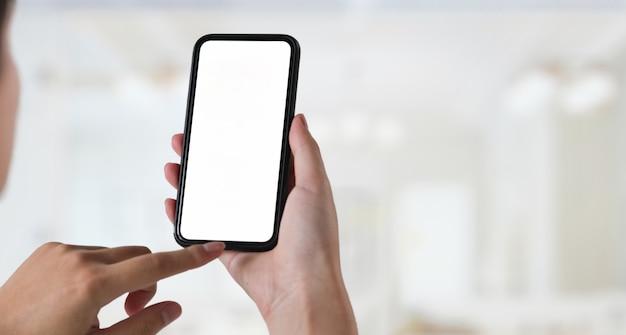 Giovane con smartphone schermo vuoto