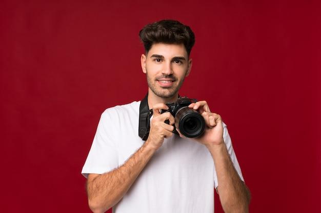 Giovane con una macchina fotografica professionale