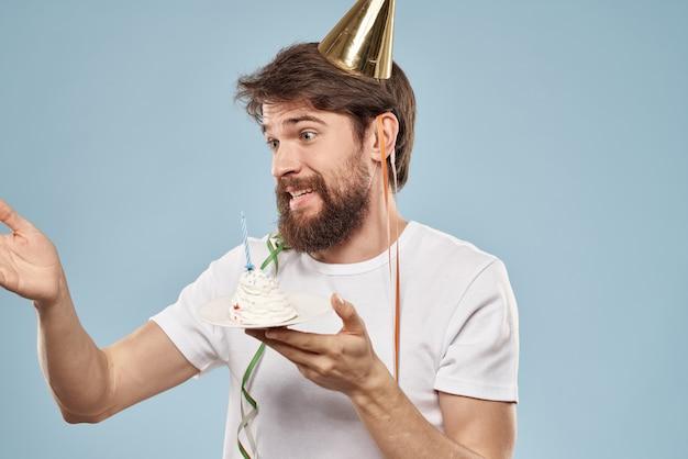 Giovane con una torta celebrativa