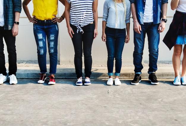 Giovane concetto della cultura della gioventù degli amici adulti