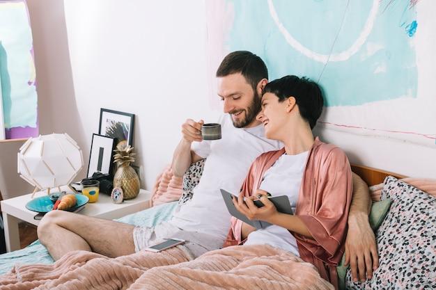 Giovane coppia a letto la mattina