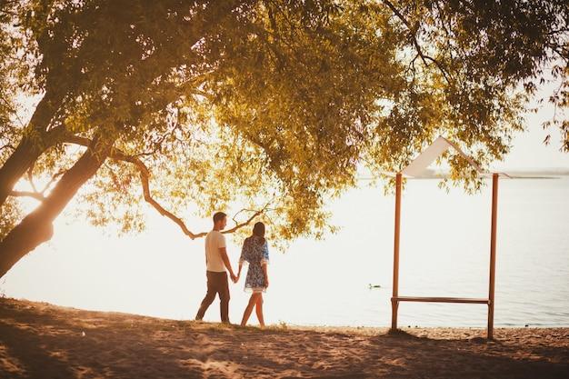 Giovane coppia a piedi