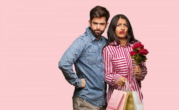 Giovane coppia a san valentino che rimprovera qualcuno molto arrabbiato