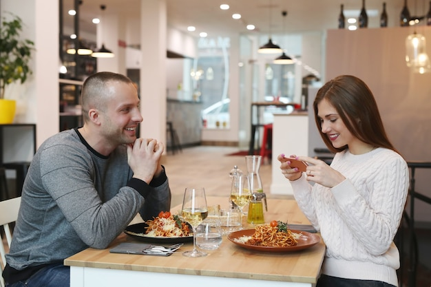 Giovane coppia al ristorante
