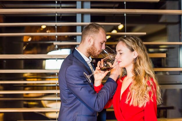 Giovane coppia bevendo fratellanza