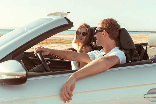 Giovane coppia che viaggia in auto