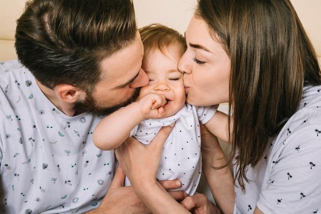 Giovane coppia con bambino al mattino