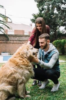 Giovane coppia con cane carino