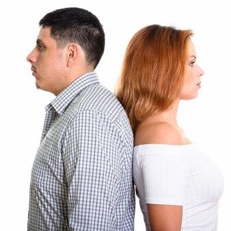 Giovane coppia con le spalle a vicenda isolati su bianco