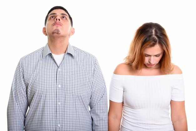 Giovane coppia con uomo che guarda in alto e donna che guarda in basso