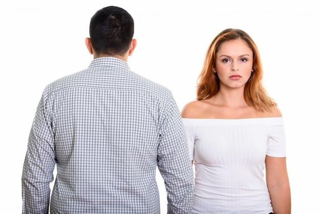 Giovane coppia con vista posteriore dell'uomo isolato su bianco