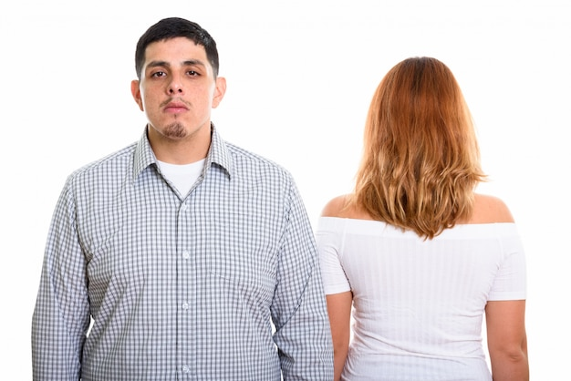 Giovane coppia con vista posteriore della donna isolata su bianco