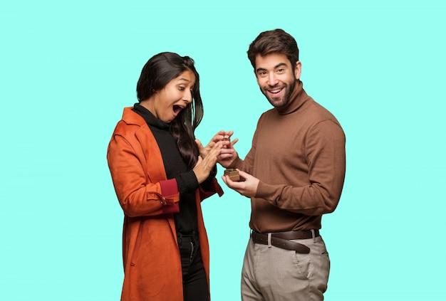 Giovane coppia cool festeggia il giorno di san valentino